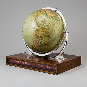"""JORDGLOB, """"Columbus"""" och BOK, """"Columbus Weltatlas"""", bearbetad av Ivar Asp, Stockholm, 1900-talets mitt."""
