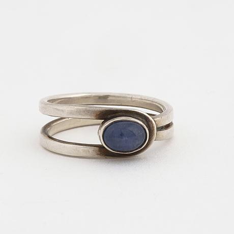 Ring, med cabochonslipad blå sten, anders högberg, göteborg,1986.