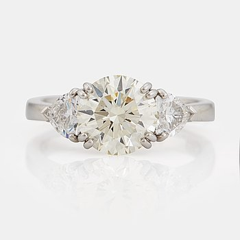 905. A brilliant- and heart cut diamond ring.