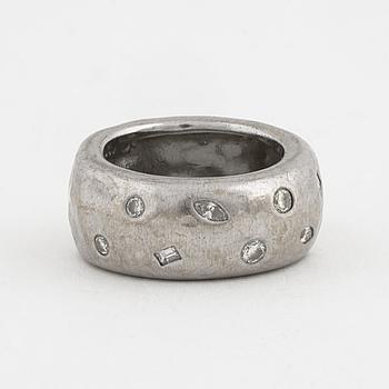 RING, med baguette, markis och briljantslipade diamanter.