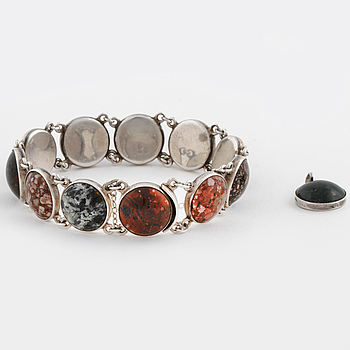 A cabochon cut porphyry bracelet and pendant, partly by Bröderna Lundqvist, Falun, 1962.
