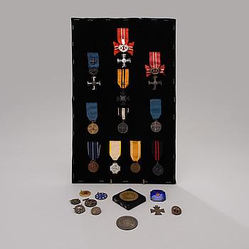 PARTI FINSKA MEDALJER, MÄRKEN OCH ÖVERLÅTELSEHANDLINGAR, ca 23 st, mestadels från Andra världskriget.