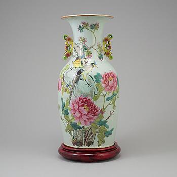 A porcelain vase, China, 20th century.