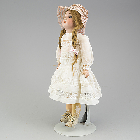 A heinrich hantwerck pocellain doll from around 1900