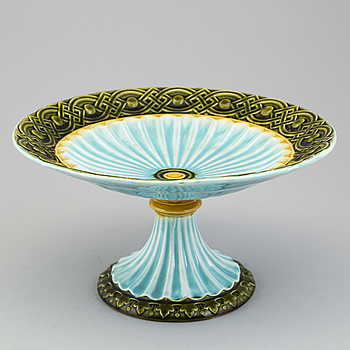 A footed maiolica bowl from Rörstrand, end of the 19th century.