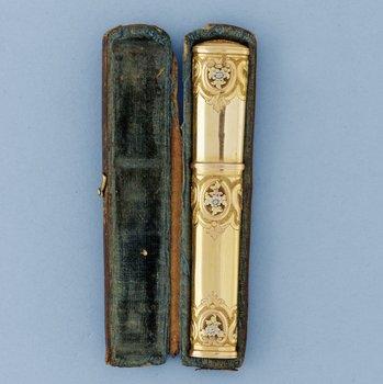 559. NÅLHUS, guld 18k, en quatre couleurs, av Hans Henrik Wihlborg, Stockholm 1789.