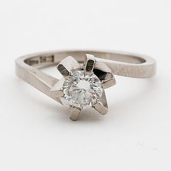 RING, 18K vitguld med briljantslipad diamant ca 0.49 ct.