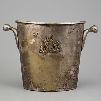 A MID 20TH CENTURY PLATED CHAMPAGNE COOLER.