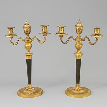 KANDELABRAR, ett par, brons, directoire, 1700-talets slut, Frankrike.