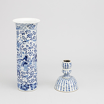 A CHINESE VAS AND A CANDLESTICK FROM THE 20TH CENTURY.