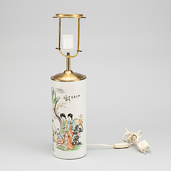 A CHINESE PORCELAIN TABLE LAMP FORM THE SECOND HALF OF 20TH CENTURY.