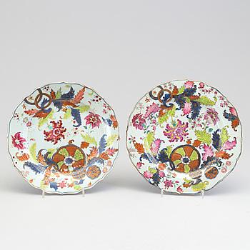 TALLRIKAR, ett par, kompaniporslin. Qing dynastin, Qianlong (1736-95).