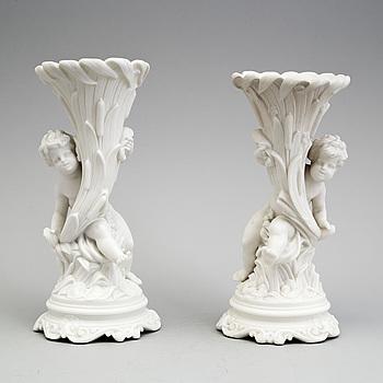 BLOMVASER, ett par, parian, Gustafsberg, 1800-talets andra hälft.