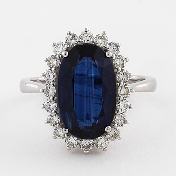 RING, med kyanit ca 5.00 ct samt briljantslipade diamanter ca 0.70 ct.