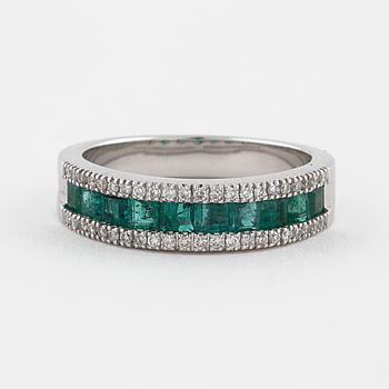 RING, med smaragder ca 0.90 ct samt briljantslipade diamanter ca 0.20 ct.