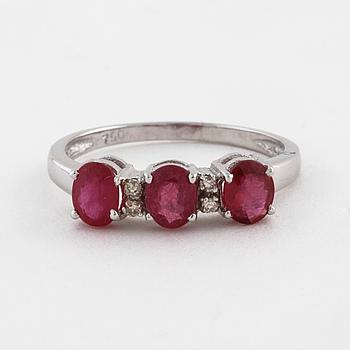 RING, med rubiner ca 1.50 ct samt briljantslipade diamanter ca 0.04 ct.