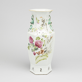 A Chinese porcelain vase, first half of the 20th century.