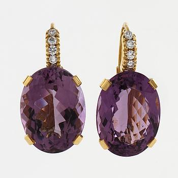 ÖRHÄNGEN, med ametister ca 19.20 ct samt briljantslipade diamanter ca 0.20 ct.