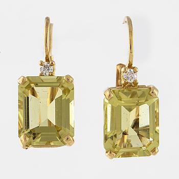 ÖRHÄNGEN, med prasioliter och briljantslipade diamanter.