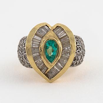 RING, med smaragd samt baguette och briljantslipade diamanter.