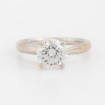 A ring set with a round, brilliant-cut diamond.