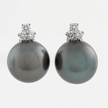 ÖRHÄNGEN, med odlade Tahitipärlor och briljantslipade diamanter ca 0.30 ct.