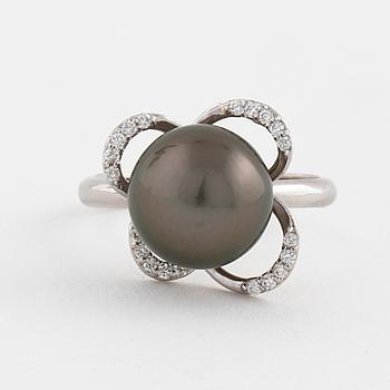 RING, med odlad Tahitipärla och briljantslipade diamanter ca 0.10 ct.