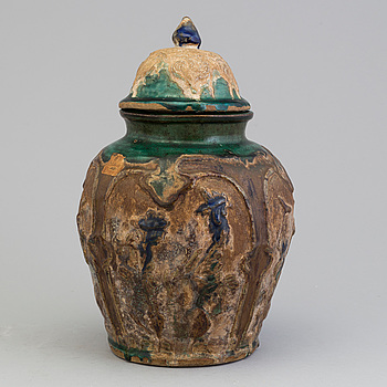 URNA med LOCK, lergods. Kina, Shiwan gods, Qingdynastin, 1800-tal.