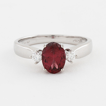 RING, med turmalin ca 1.15 ct och briljantslipade diamanter ca 0.10 ct.