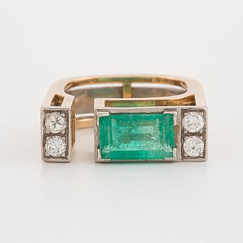 REY URBAN, ring med smaragdslipad smaragd samt briljantslipade diamanter.