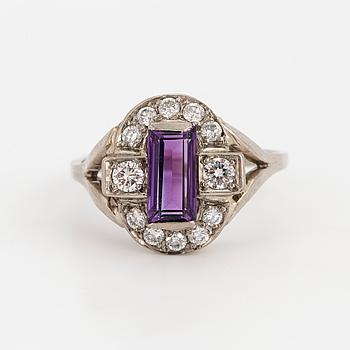 RING med trappslipad ametist och briljantslipade diamanter.