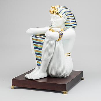 EGYPTISK FIGUR PÅ PODIUM, polykromt bemålad, Napoli-märke.