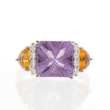 A RING, facetted amethyst and citrines, brilliant cut diamonds, 14K white gold.
