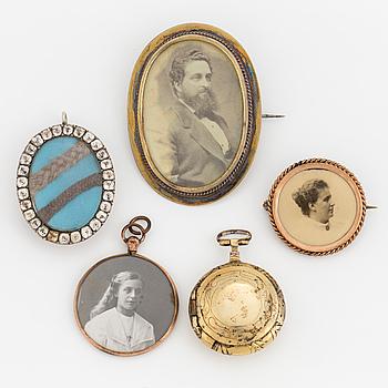 BROSCHER, 2 st, HÄNGEN, 2 st samt en LUKTFLASKA, förgyllt silver.