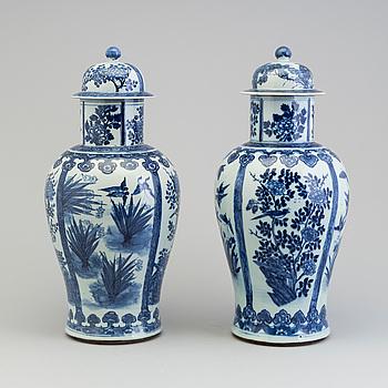 URNOR med LOCK, ett par, porslin. Kina, Qingdynastin, sent 1800/tidigt 1900-tal.