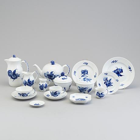 """Mat  och kaffeservis, 129 delar, porslin, """"blå blomst"""", royal copenhagen, 1900 talets andra hälft"""