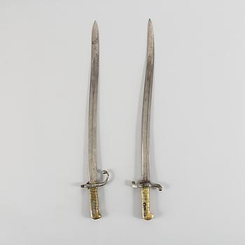 SABELBAJONETTER, två stycken snarlika, troligen Frankrike, 1800-talets andra hälft.