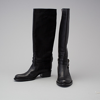 a pair of boots by  Ralph Lauren, in size 7,5B.