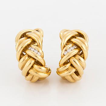 ÖRHÄNGEN, ett par, flätad, prydnad med briljantslipade diamanter.