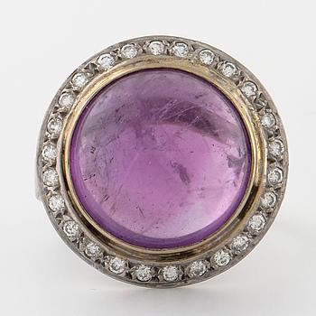 RING, med ametist och briljantslipade diamanter.
