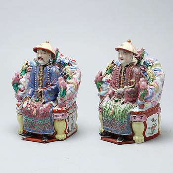 FIGURINER, 2 st, porslin, Kina, 1900-talets andra hälft.