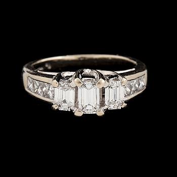 RING med smaragd- diamanter samt prinsesslipade diamanter. Totalt ca 1,15 ct.