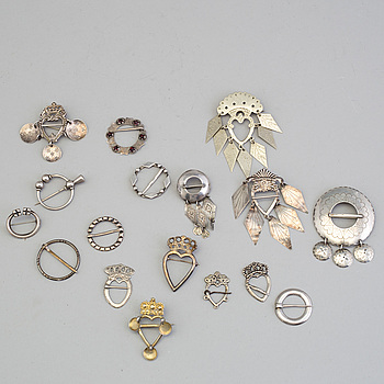A mixed lot of seventeen Swedish folk dress broosches mostly silver.