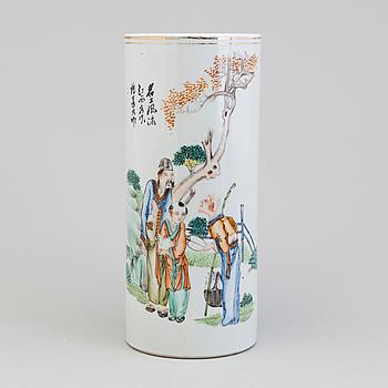 PENSELVAS, Kina, porslin, 1900-talets första hälft.