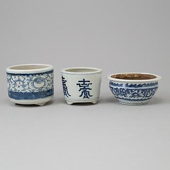 KRUKOR/RÖKELSEKAR, tre stycken, porslin. Kina, Qingdynastin, 1800/1900-tal.