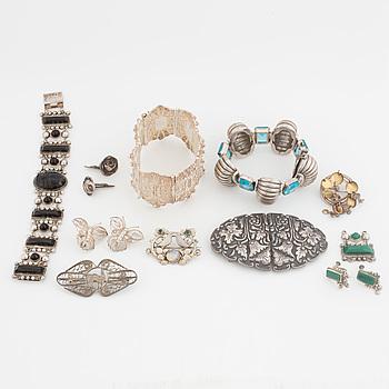 SPÄNNE, ARMBAND, 3 st, ÖRHÄNGEN, 2 par, MANSCHETTKNAPPAR, ett par och en BROSCH, silver.