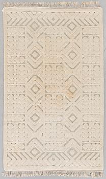 MATTA, vit reliefflossa.243x150 cm.