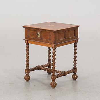 SCHATULL, på benställning. 1700-tal.