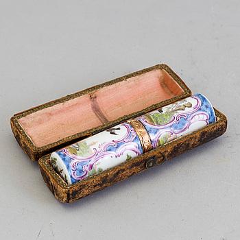 RESEETUI, porslin och förgylld metall. Troligen Frankrike, omkring 1800.