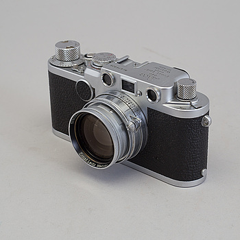 LEICA CAMERA AG (ERNST LEITZ), A chrome body Leica IIf no 679828 from Wetzlar 1953-54. With Summitar f = 5 cm 1:2 nr 903820 and viewfinder.